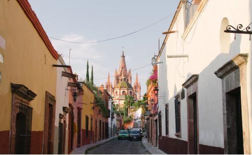 Το ζευγάρι διατηρεί και ένα δεύτερο μικρό σπίτι, σε αυτό το μέρος της φωτογραφίας, στη πόλη San Miguel de Allende στο Μεξικό, με πληθυσμό περίπου 140 χιλιάδων κατοίκων, όπου το κόστος ζωής είναι χαμηλό.